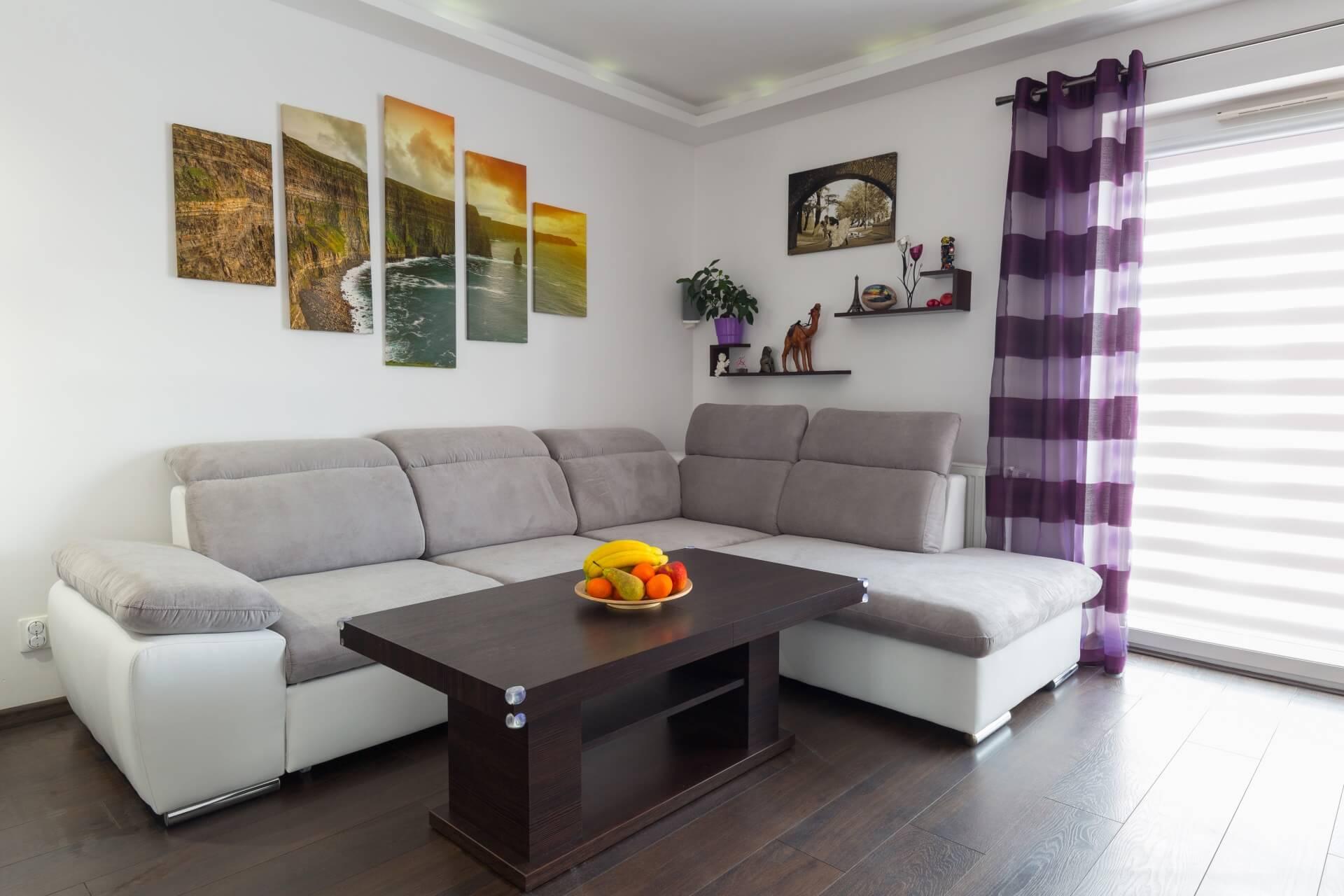 תמונה יצירתית של קנבס בסלון הבית- כך בוחרים תמונה לסלון